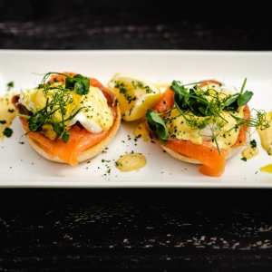 Eggs Benedict with smoked salmon and hollandaise sauce